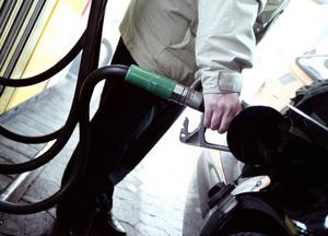 Fler och fler bensinstationer inför förskottsbetalning för att slippa smitningar.