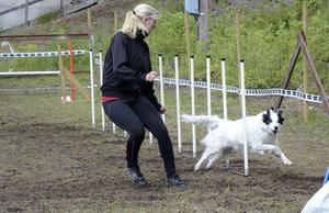 Slalomsprint. Troja och Erika Lundwall i aktion på banan.