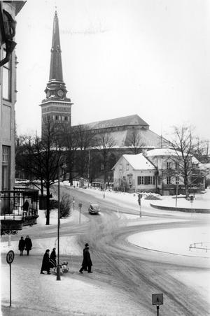 Engelbrektsplan med Domkyrkoesplanaden och Vasagatan i Västerås. Rakt fram i bild syns Domkyrkoorganistbostaden som revs. Här bodde sist domkyrkoorganist Herman Lindqvist. Bilden togs på 50-talet.