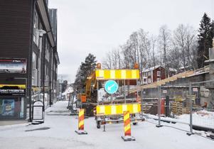 Åre kommun avslog byggarnas ansökan om total avstängning av Årevägen under byggtiden. Istället skulle man få stänga av tillfälligt, förutsatt att byggarna kommunicerade med berörda fastighets- och butiksägare. Men när gatan grävdes upp i går hade de inte fått någon information.