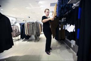 Ett trevligt bekymmer när man går ner i vikt är kanske att förnya garderoben. Här tittar Mari Englsperger runt lite i en av klädbutikerna i centrala Östersund.