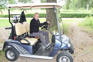 Förra året mådde han för dåligt, men nu kan Wille så smått spela golf igen. Till sin hjälp har han golfbilen han fått låna och som han laddar hemma i garaget.