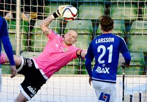 Tommy Naurin tvingades släppa fyra bollar bakom sig i cupmatchen på Malmö IP.
