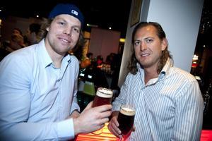 Nyfikna. Jesper Thorsson och Christian Green från Örebro hänger i den nya baren i Stora Örebro. Det ser bra ut, tycker Christian, så vi stannar nog här kvällen ut.