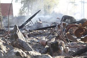 På torsdagsmorgonen steg fortfarande röken från resterna av ladan.