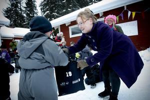 – Varsågod, en bokpåse till dig, sade Sparbankens kontorschef Anna Gudmundsson Thyrell.