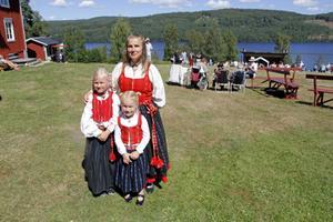 Signe Sandin, 7 år, och Sigrid Sandin, 5 år, har ärvt sina Delsbodräkter och är i år på sina första stämmor.