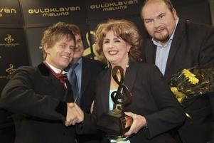 Dansbandet Larz-Kristerz vann Guldklavar i kategorierna Årets dansband och Årets låt. Här med prisutdelaren Elisabet Höglund.