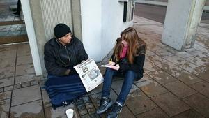 Pirjo Holmström i samtal med en tiggare.