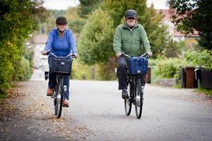 Många och långa turer på elcyklarna har det blivit i år för Inger och Ulf Hällqvist, trots en regnig och blötsommar. Båda är helnöjda med cyklarna som de köpte i maj.