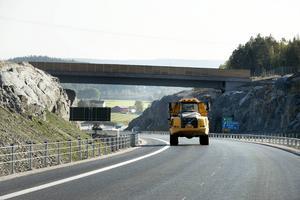 Om lite mer än en månad kan trafiken rulla längs den nya vägen.