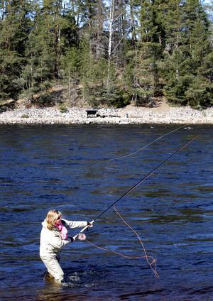 Flugfiske helst, men även spinnfiske. Siv Jansson har fiske som sitt yrke och trivs bäst ute i naturen gärna som här en bit ute i Dalälven.