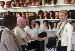 Läraren Anna Nordström har möjlighet att få samtliga behörigheter på den nya frisörlicensen. Här är hon tillsammans med eleverna Eloise Frisendahl, Lovisa Karlsson och Ylva Rune.