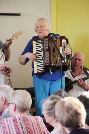 Ingegärd Fjellgärde har åkt varje vecka från Sveg för att spela dragspel på musikcaféet. Hon är före detta orkesterledare och har spelat dragspel sedan 60-talet.