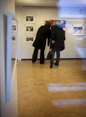 Johanna Östin och Yvonne Sjödin, från en konstförening, spanar in utställningen i Matfors.
