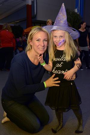 Jessica Karlsson tillsammans med dottern Lykke, 4 år. De hade tyvärr ingen lycka i danstävlingen men var inte ledsna för det.