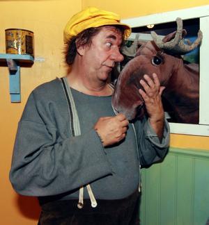 Lasse Åkerlund gjorde först Trollet med den gula kepsen som radiojulkalender. Nu har den blivit scenisk teater också och besöker under helgen Sundsvall.