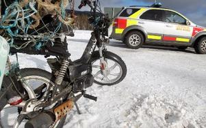 Mopeden som mannen färdades på fick omfattande skador. Foto: leif olsson