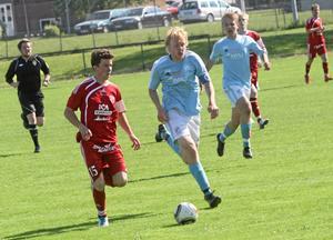 Olle Forsberg fixade tre poäng till Sala FF genom att skjuta 2-1-målet borta mot Irsta. Foto: Niclas Bergwall