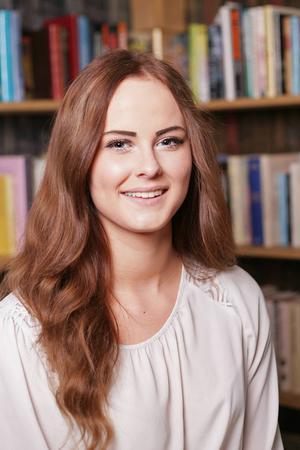 6. Mona Hansson, 17 år från Sveg. Studerar hotell och turism på gymnasiet i Östersund. Gillar att umgås med familj och vänner samt att jaga.          Det visste vi inte om henne: Hon tycker om älgjakt.
