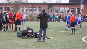 En Strömsbergsspelare blev liggande på banan och ambulans fick tillkallas.
