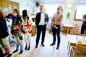 Generösa. Mats Engblom och Dan Dannberg från Cibes Lift lämnade över en penninggåva på 205000 kronor när fritidsgården invigdes.