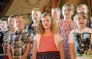 Sommarsång. Somriga sånger bjöds av eleverna på Kyrkbacksskolan som nu tar sommarlov.
