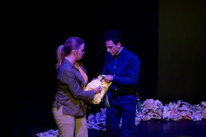 Billy (Ebba Pettersson) och Malen (Ibrahim Tunc) i AT Pegsus föreställning om en stad med vattenbrist.