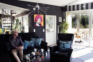 Vardagsrummet utformades med inspiration från en finlandsfärja. Det glasade partiet har en imponerande utsikt över sjön Trösken.