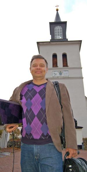 Film- och biografkonsulenten Peter Törnblom tar –med hjälp av församlingen, ortsborna, kommunen och det lokala föreningslivet –Mando Diaopremiären in i Floda kyrka.