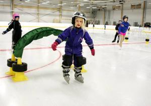 Elegant klarade 6-åriga Stella Kauppi från Frösön ett av teknikhindren på isen i B-hallen. Och på glidande fot bestämde hon sig för att börja träna konståkning. Mamma Anna Lena som inte hade några skridskor med sig nickade instämmande från bänken i avbytarbåset.