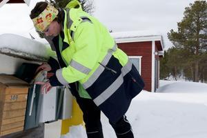 – När bemanningen läggs ner blir situationen akut, säger Karin Busk, som hämtar in posten åt två vårdtagare.