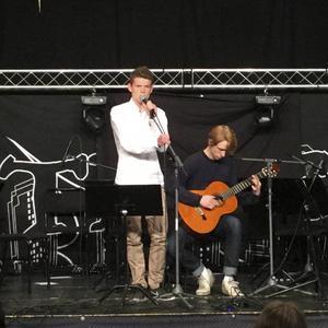 Nos Lerch gitarr och Emil Sandström sång.