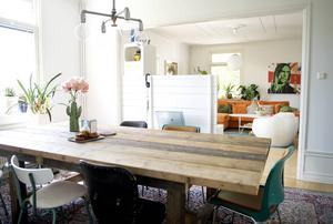 Matrummet ligger i anslutning till vardagsrummet. Bordet är byggt av en snickare som har använt gamla brädor från byggställningar.