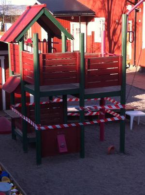 AVSTÄNGT. En del av Grodans lekplats är avspärrad med plastband och får inte längre användas. Detta sedan Kommunals skyddsombud bedömt att klätterställningen är farlig.