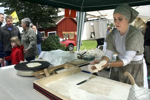 Emelie Wiberg har tagit upp en gammal släkttradition och bakar lappkakor åt marknadsbesökarna.