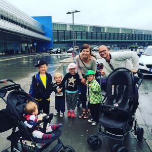 Hela familjen på Arlanda innan resan.