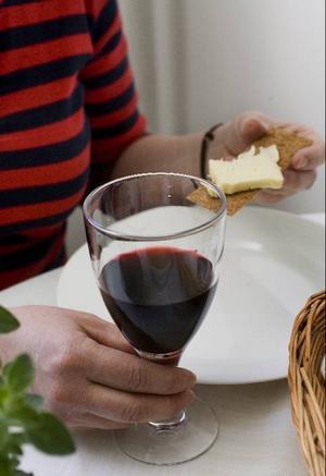 """Alkohol kan göra fruktansvärt ont även för den nyktra omgivningen. Konsekvenserna är större och räcker betydligt längre än bara vid konsumtionstillfället, skriver """"Anhörig""""."""