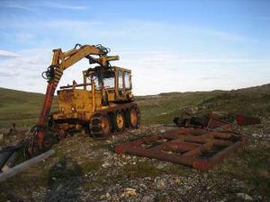 Denna traktor måste ha stått på samma plats i många år. Det är ingen trevlig syn att se i fjällen. Foto: Seved Johansson