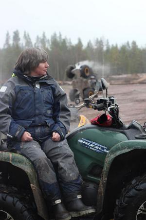 Pia Björklund tar en paus innan hon ger sig ut i leran igen. Vanligtvis arbetar hon som kokerska på ett äldreboende.