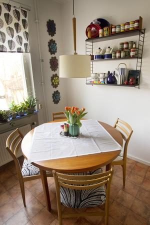 Smått och gott. Köket rymmer en nätt matplats. I hyllan syns Aromburkar av Marianne Westman och fat ur Blå eld-serien, bland annat.