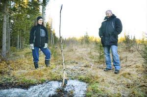 Irene Sandberg och Daniel Arvastsson visade det läckande borrhålet under torsdagen. På fredagen åtgärdade företaget Continental precious minerals läckan.