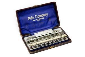... och denna fantastiska, mekaniska räknemaskin, föregångare till miniräknaren.