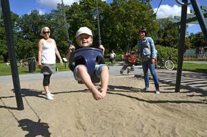 Fröjd i Stadsparken. Elisabeth Mattsson och hennes Lucas ihop med Emma karlsson och hennes Eddie trivs vid lekparken.