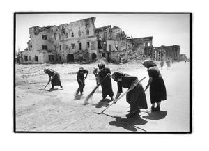 Russia, Grozny, Tjetjenien.  En grupp kvinnor arbetar, avlönade av Ryssland för att sopa gatorna i den krigshärjade staden.Bilden daterad 1996.