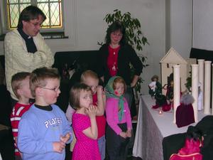 Nyfikna. Barnen lyssnade spänt på Lotta Sundströms berättelse om Jesus.