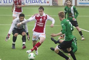SIF:s vann enkelt med 3–0 över nästjumbon Mariehem hemma på Jernvallen. Björn Berglund, här med bollen, stod för två av målen. Anfallaren har nu gjort åtta mål i herrtvåan och leder den interna skytteligan.