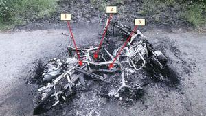 Mopederna hittades uppbrända med vapen och klädrester.