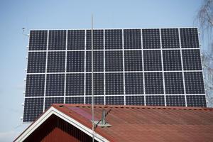 ENKÖPING 20130404En panel med solceller ger ström åt en privat fastighet i Enköping. Solcellspanelen är monterad på en pelare och vrider sig efter solen under dagen.Foto: Fredrik Sandberg / SCANPIX / Kod 10180