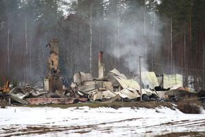 Bostadshuset och den intilliggande byggnaden brann ned till grunden.
